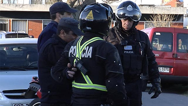 Cuatro encapuchados  y armados arrojan motociclista al  piso para robarle
