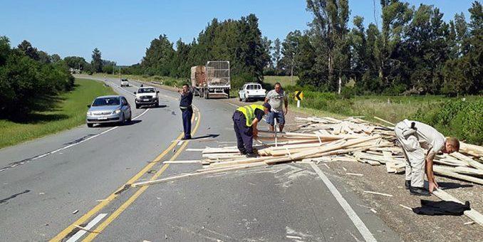 Volcó carga en curva cercana  a puente sobre el río Queguay