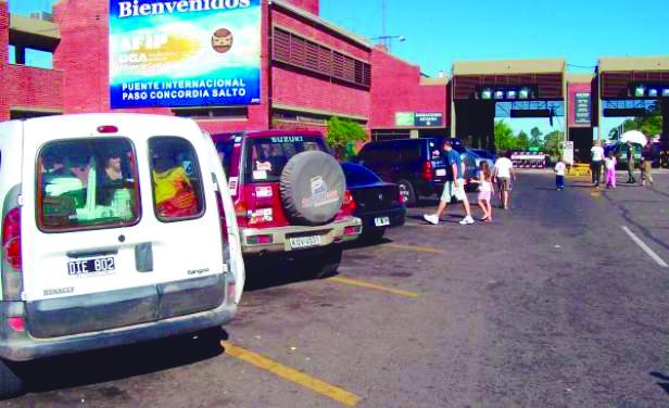 Nutrido movimiento vehicular sobre el puente Salto Grande